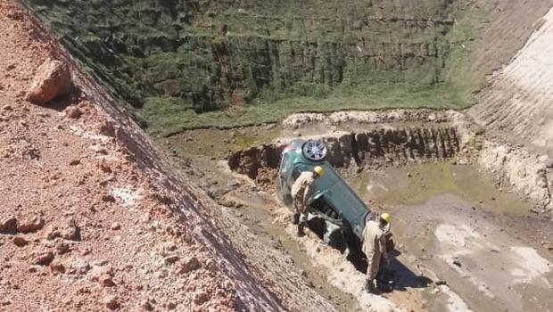 Carro cai em vala e três morrem em acidente na GO-156