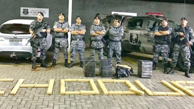 PM encontra 180 kg de drogas em carro transportado por guincho em Goiânia