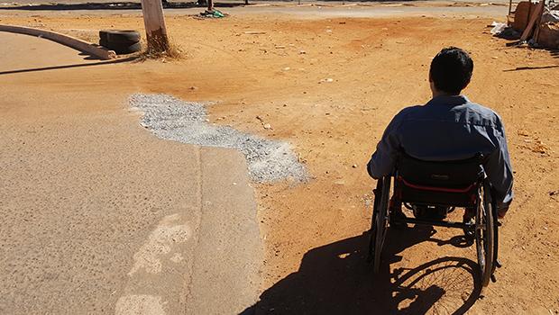 """Mesmo com """"Lei das Calçadas"""", cadeirantes sofrem com dificuldades de acesso em Goiânia"""