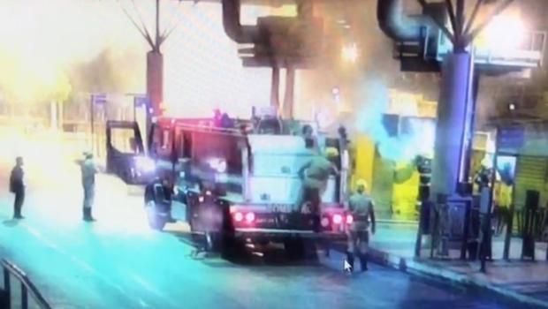Bombeiros combatem incêndio em quiosque do terminal Praça da Bíblia. Veja vídeo