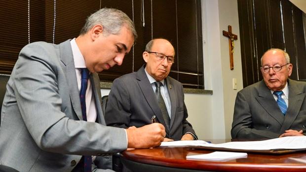 José Eliton assina acordo com TRE para combater fake news em Goiás