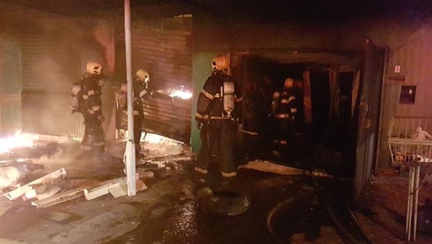 Incêndio de grandes proporções destrói casa e depósito em Goiânia
