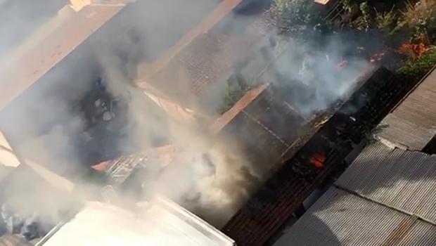 Incêndio destrói casa abandonada no centro de Goiânia. Veja vídeo