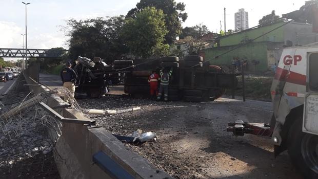 Acidente com caminhão limpa-fossa deixa BR-153 interditada