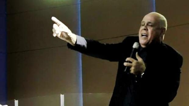 """Cantor gospel manda criança """"calar a boca"""" durante apresentação e gera polêmica. Veja vídeo"""
