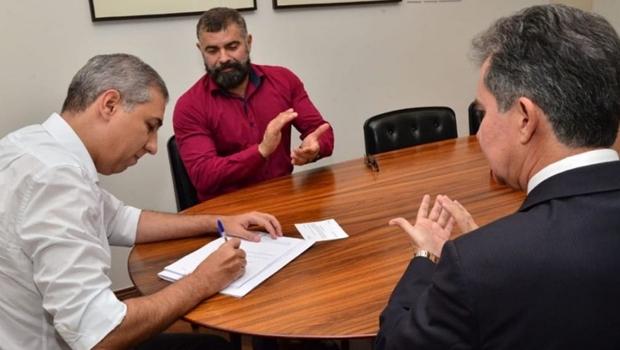 José Eliton sanciona lei que reestrutura poder Judiciário