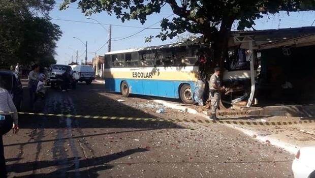 Colisão entre camionete e ônibus deixa ao menos dez feridos em Trindade