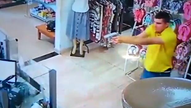 Policial reage a assalto e atira seis vezes contra suspeito em loja de Goiás. Veja vídeo