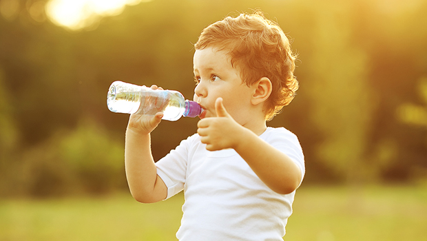 Resultado de imagem para pessoa bebendo agua