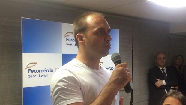 Em Goiânia, filho de Bolsonaro ameaça cortar Lei Rouanet de artistas da campanha #EleNão
