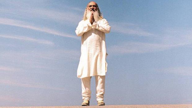 Revista revela que o guru Sri Prem Baba, além de assediar mulheres, leva vida milionária