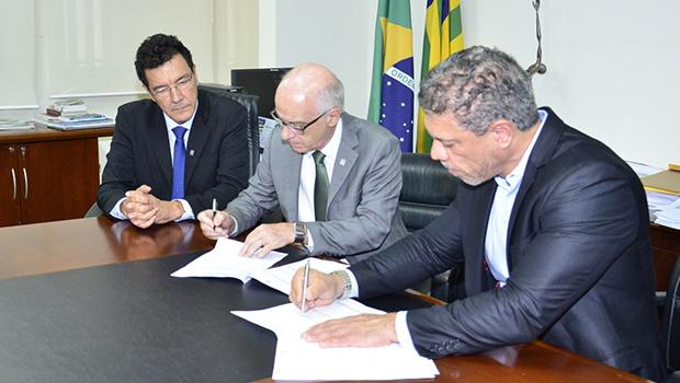 Secima e UFG assinam ordem de serviço para o Plano de Bacias Hidrográficas
