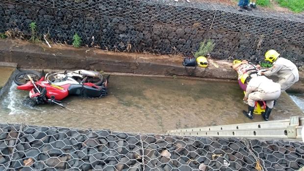 Mototaxista perde controle da moto e cai dentro de córrego com passageira, em Rio Verde