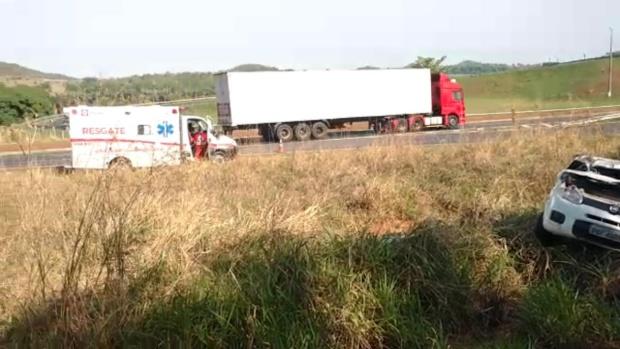Colisão entre carro e caminhão deixa uma pessoa morta e duas feridas em Goiás
