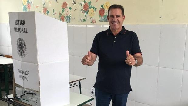 Senador eleito, Vanderlan Cardoso vota em Goiânia