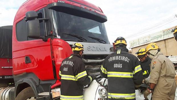 Motorista morre após bater em caminhão na BR-020, em Formosa