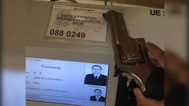 Eleitores de Bolsonaro vão às urnas armados e divulgam voto nas redes