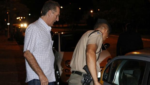 Pai do deputado Olyntho Neto se entrega à Polícia Civil