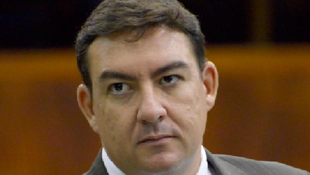 Após polícia cumprir mandado de busca e apreensão em casa de ex-presidente da Alego, deputados repudiam ação
