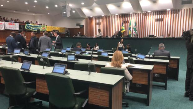 Deputados lamentam falta de parlamentares na primeira sessão do semestre e cobram corte de ponto