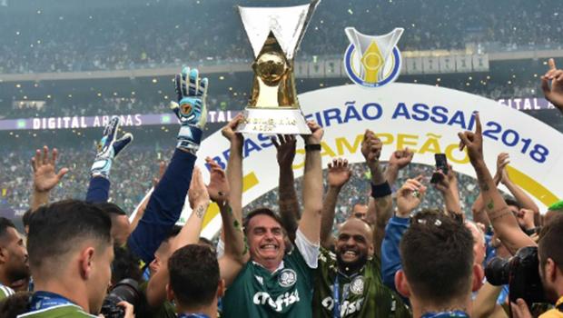 Bolsonaro acompanha vitória do Palmeiras e entrega taça de campeão