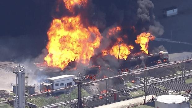 Incêndio de grandes proporções atinge refinaria no Rio de Janeiro