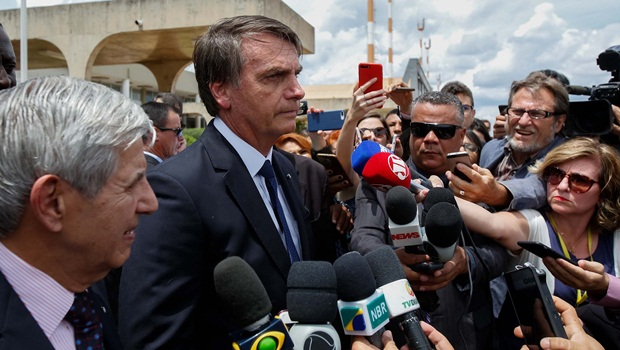 Bolsonaro altera edital e permite erros e publicidade em livros didáticos