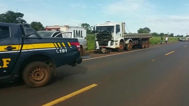 Motocicleta invade pista, bate em caminhão e motorista morre na BR 364