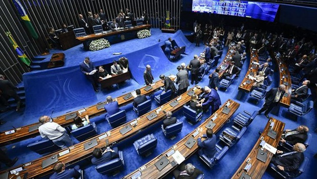 Confusão marca retorno de sessão para escolher presidente do Senado