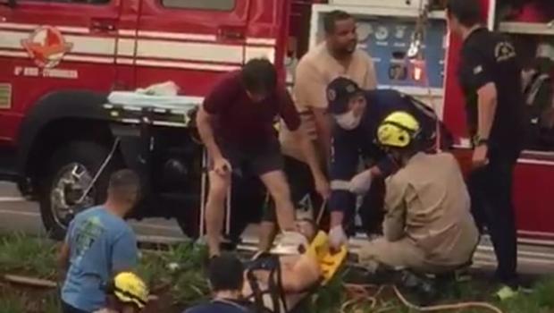 Condutor perde o controle de moto e cai no Córrego das Pombas, em Itumbiara