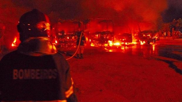 Veículos são incendiados no pátio da Secretaria de Obras de Aragarças
