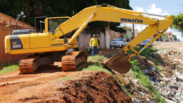 """Prefeitura de Novo Gama dá início a obra de contenção de """"buracão"""" que existe há 25 anos"""