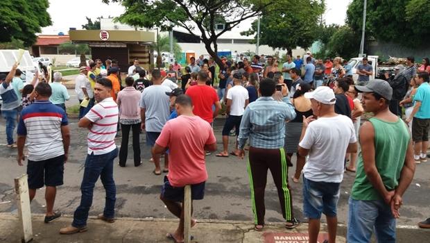 Decisão arbitrária de Iris Rezende altera local de feiras e trabalhadores protestam