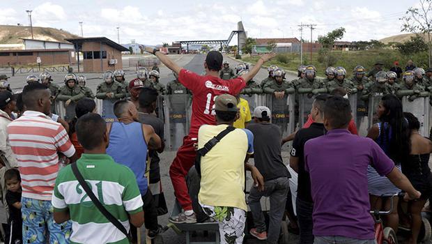 Ajuda humanitária do Brasil e dos Eua cruzam fronteira com Venezuela