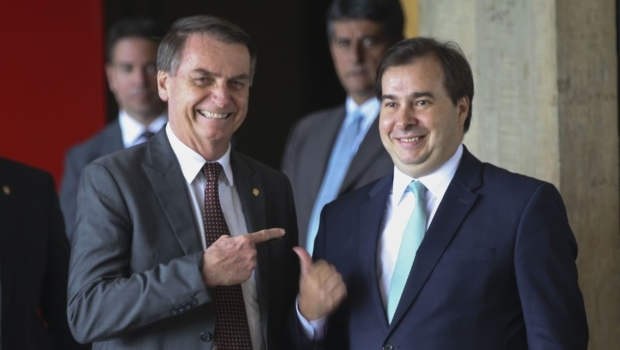 """Jair Bolsonaro sobre crise com Maia: """"Você nunca teve uma namorada e brigou com ela?"""""""