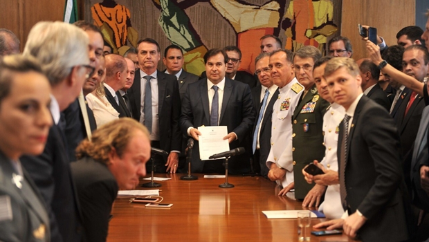 Bolsonaro entrega reforma dos militares a Maia com economia 90% abaixo da expectativa