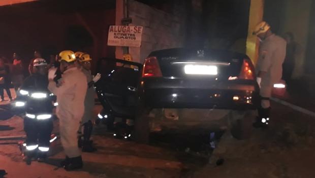 Acidente entre ônibus e carro na avenida Anhanguera deixa vítimas presas às ferragens