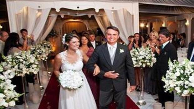 Michelle Bolsonaro anuncia que vai leiloar vestido de noiva