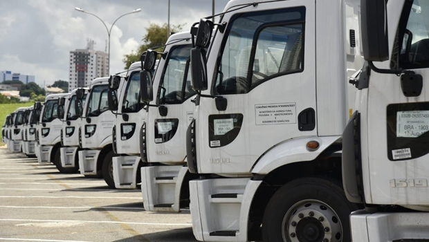 Governo estadual entrega 55 máquinas e equipamentos às prefeituras goianas