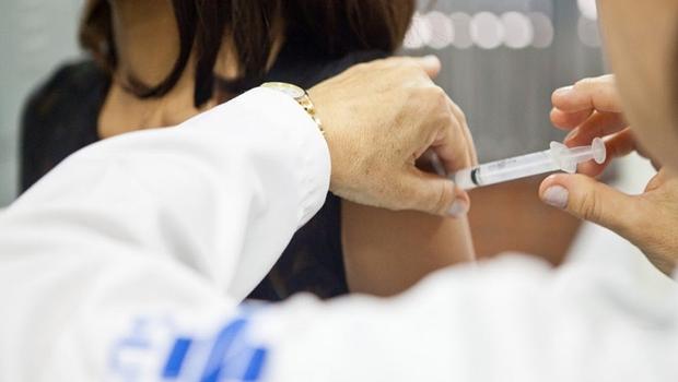 Adolescentes de Aparecida de Goiânia recebem vacinação contra Meningite C e HPV
