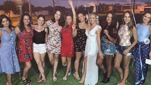 Enquanto Eduardo Bolsonaro acompanha o pai no EUA, noiva faz despedida de solteira com amigas