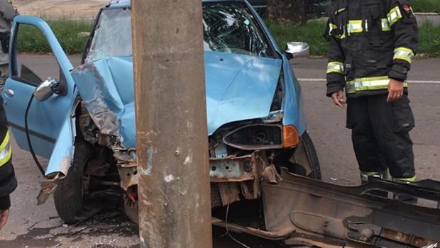 Um carro colidiu com um poste de energia na manhã deste domingo, 14, no setor Negrão de Lima, em Goiânia. O Corpo de Bombeiros foi acionado e prestou socorro às vítimas_Jornal Opção