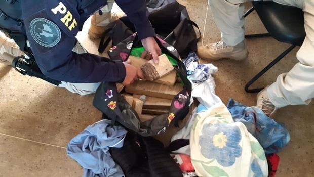 PRF apreende adolescentes levando droga em ônibus clandestino em Goiás