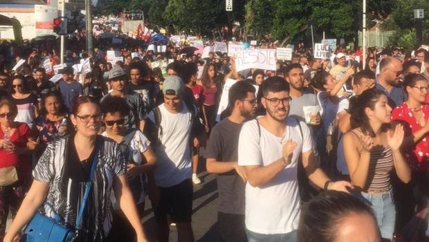 Com manifestação em Goiânia contra cortes na Educação tráfego de ônibus é bloqueado na Rua 10