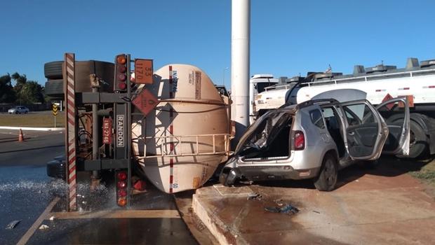 Caminhão carregado de etanol tomba e atinge carro de passeio