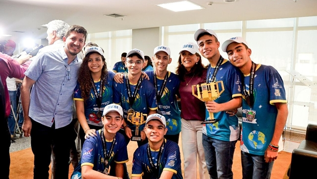 Bolsonaro recebe estudantes goianos premiados pela Nasa