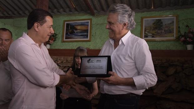 Hildo do Candango entrega prêmio Hélio Beltrão a Ronaldo Caiado