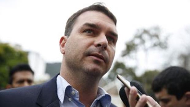 Flávio Bolsonaro propõe projeto de lei que inclui 'suicídio por policial' no Código Penal