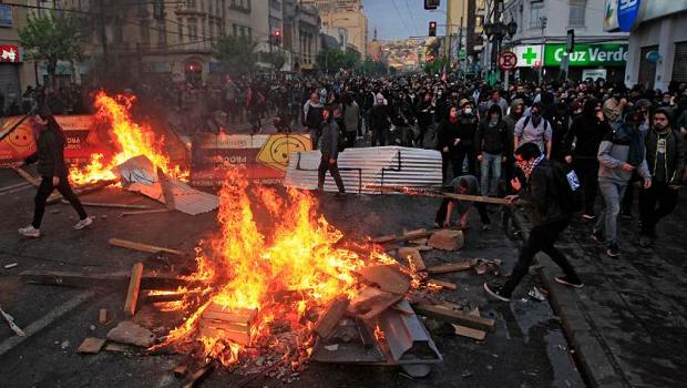 Madrugada de protestos no Chile faz presidente recuar