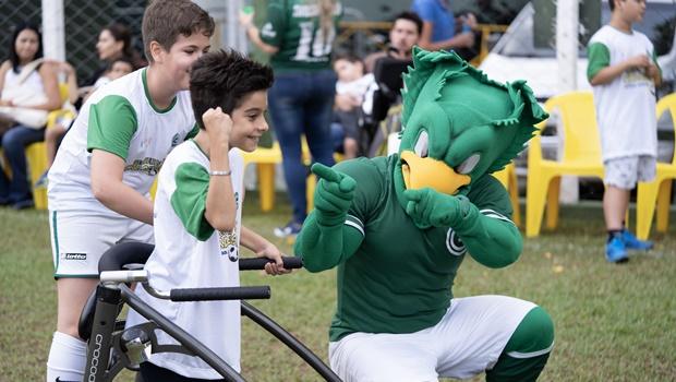 Jogadores do Goiás recebem crianças com deficiência no Estádio Serra Dourada